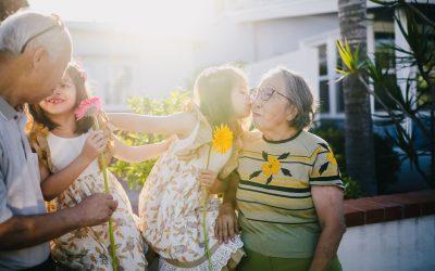 Celebra el Día de los abuelos realizando actividades con ellos